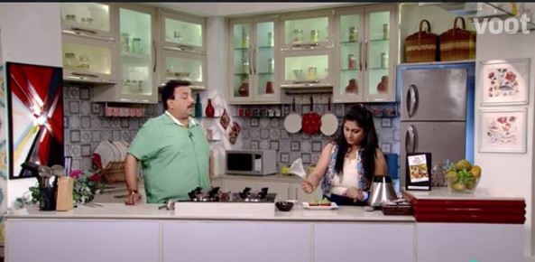 Chef Shrunkhala with Celebrity chef Vishnu Manohar in Mejwani Paripoorna Kitchen Episode telecasted on 15 Dec 2016 on Colors Marathi channel.
