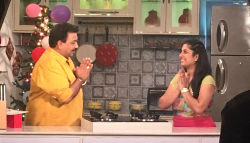 Chef Shrunkhala Sharma with Celebrity Chef Vishnu Manohar in Mejwani Paripoorna Kitchen episode of 29 Dec 2016 on Colors Marathi.