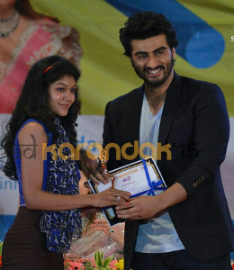 URDA - Shweta Pardeshi felicitated by actor Arjun Kapoor for being runners up in Solo Dance in Sinhgad Karandak 2015