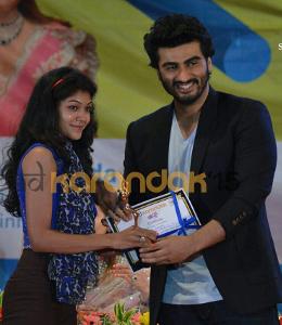 URDA - Shweta Pardeshi felicitated by actor Arjun Kapoor for being runners up in Solo Dance in Sinhgad Karandak 2015