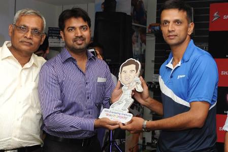 Prashant gifts caricature to Rahul Dravid