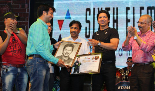 Prashant gifts caricature to Shaan