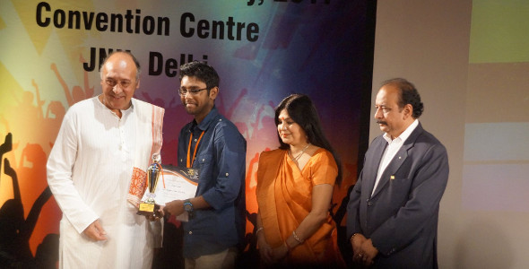 Rahul Khandalkar's Born to Die - Indranil Nandi receiving Best Background and Sound Editing Award at Udaan Film Festival