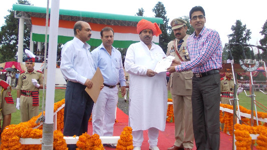 Professor Shamim Banday receiving Best Teacher Award from District Administration in 2013