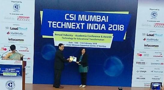 Alka Purohit - Receiving Best Faculty Award at CSI 2018 Mumbai