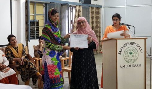 Dr Seema Hakim - distributing prizes to the winners of Swachhta Pakhwada competition