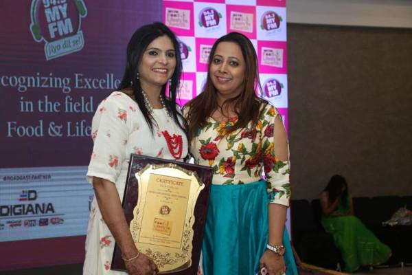 Neetu Agrawal - My FM Award with RJ Vinni